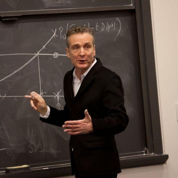 Professor José Alexandre Scheinkman durante aula
