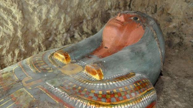 Саркофаг с древней мумией, найденной испанскими археологами