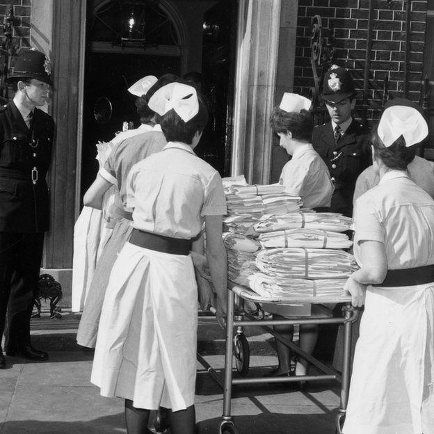 31 de mayo de 1967: Un grupo de seis enfermeras entregan una petición en contra del aborto en 10 Downing Street.