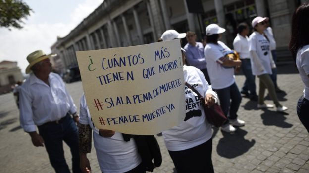 Grupo de personas pidiendo la pena de muerte en Guatemala