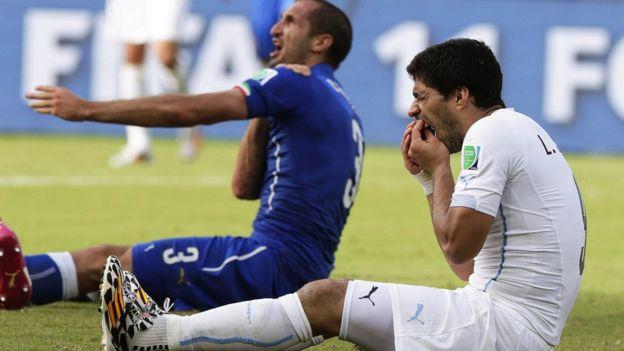 Luis Suárez negó en un principio que había mordido al defensor italiano.
