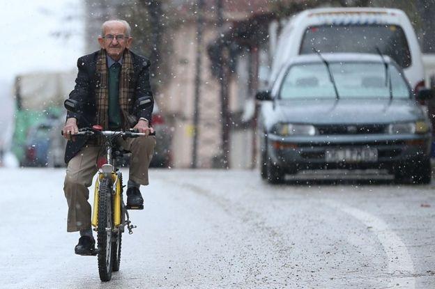 bisiklete binen adam