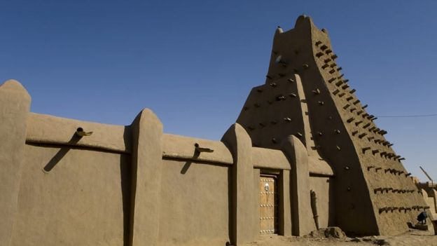 مانسا موسی در دهه ۱۳۰۰ با ساخت صدها مدرسه ، کتابخانه و مسجد ، تیمبوکتو را به یکی از مهم ترین کانون های مباحثات وگفت و گو های روشنفکری بدل کرد .