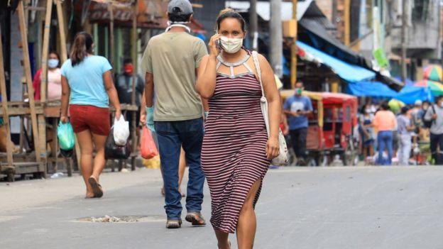 Transeúntes en una calle en Iquitos.
