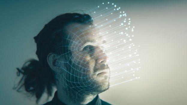 Fotomontagem de dados saindo de rosto de homem