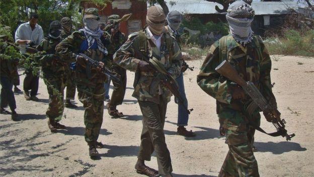 militantes do Al Shabab com armas em punho