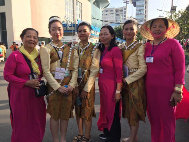 (Từ trái sang) Bà Trần Thị Môn, Sài Gòn; bà Trần Thị Đãi và bà Đà Nguyễn, Ninh Bình, chụp chung ảnh với các giáo dân Myanmar trước giờ Giáo Hoàng cử hành Thánh Lễ tại sân vận động Quốc gia ở Bangkok 21/11