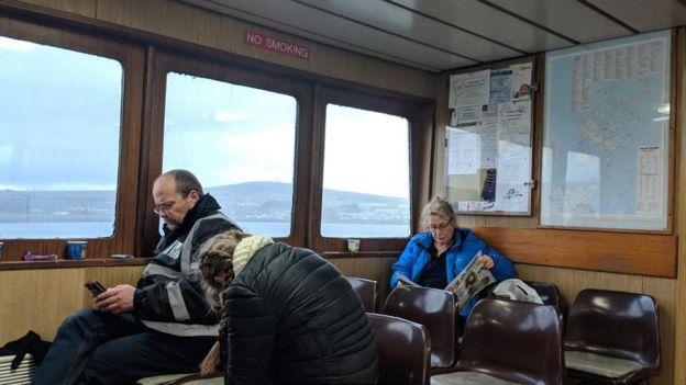 Pessoas em balsa nas ilhas Orkney