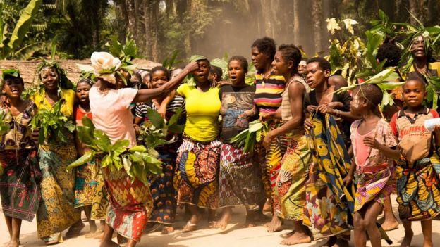 Mulheres da tribo Bayaka cantando