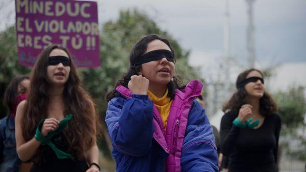 Activistas realizaron una protesta pacífica fuera del Ministerio de Educación, en Quito, mientras se desarrollaba la audiencia en la Corte Interamericana.