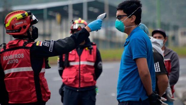 يُسيّر رجال الإطفاء دوريات لفحص درجات حرارة أجسام الناس بحثا عن المصابين بفيروس كوفيد 19