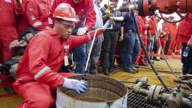 Trabajador de PDVSA hace una prueba.