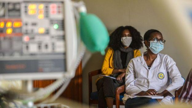 Profissionais sanitários aprendem a usar respiradores no American Medical Center (AMC) de Addis Abeba, na Etiópia