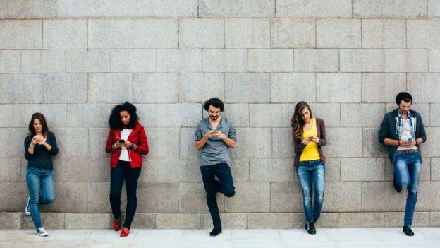 Gente conectada al celular.