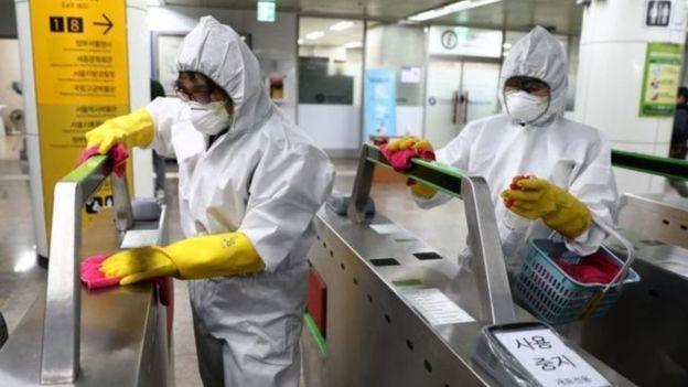En Corea del Sur, las estaciones de metro se desinfectaban constantemente para mantenerlas libres de virus.