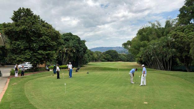 Miembros del Country Club jugando Golf