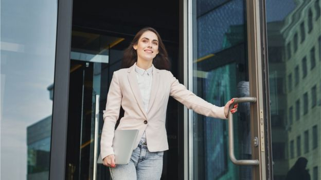 Mujer saliendo de la oficina