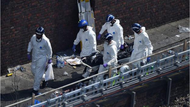 Rescatistas llevan a una de las víctimas mortales