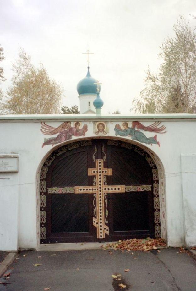 Ворота кладбища в пригороде Парижа Сент-Женевьев-де-Буа где среди многих других великих русских эмигрантов (Бунин, Нуреев, Тарковский) похоронен и Александр Галич