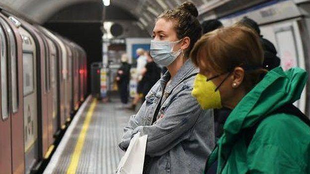 Los cubrebocas actúan más como dispositivos para desviar la respiración.