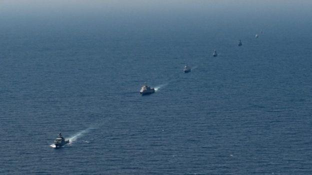 (Từ trái) Các tàu HTMS Krabi (Thái Lan), USS Montgomery (Mỹ), RSS Tenacious (Singapore), UMS Kyan Sittha (Myanmar), BRP Ramone Alcaraz (Philippines), KDB Darulamen (Brunei), và Corvette (Việt Nam)18 trong cuộc tập trận chung Mỹ-ASEAN