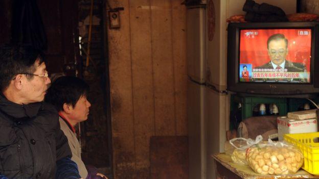 兩人看著中央電視台的節目