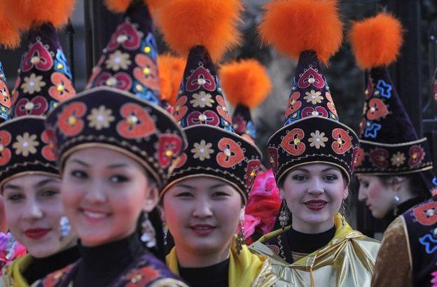 فتيات من قرغيزستان وهن يرتدين الأزياء التقليدية في نوروز، 21 مارس/آذار 2017