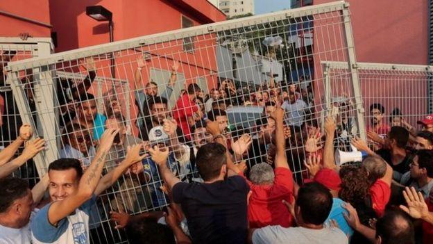 Seguidores de Lula bloquean su salida del sindicato.