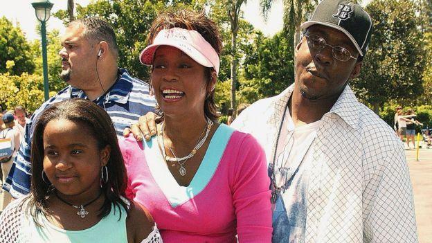 Whitney com a filha Bobbi e o ex-marido Bobby Brown