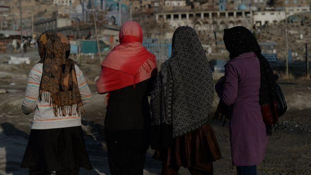 Peatonas afganas en Kabul.