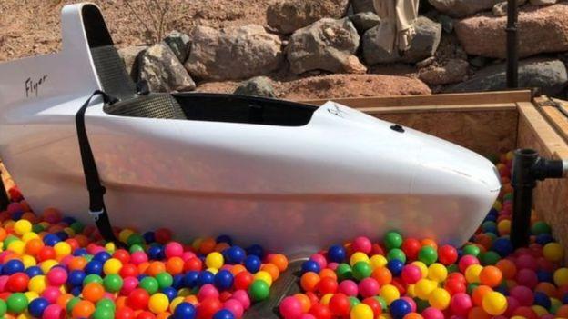 از استخر توپ برای بازسازی فرود اضطراری استفاده میشود