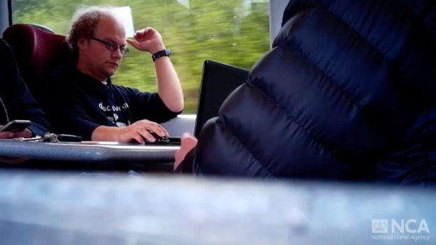 Falder usando o notebook em um trem