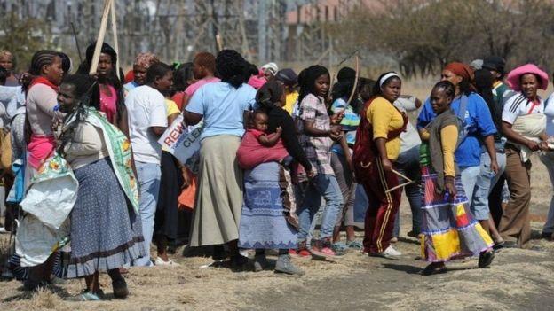 Wake za wachimba migodi walioshirki maandamano katika migodi ya Marikana mwaka 2012.