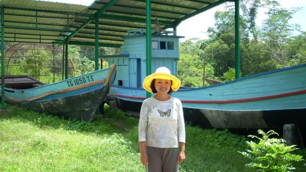 Carina Hoàng tại trại tị nạn Galang năm 2009 trong một chuyến đi tảo mộ