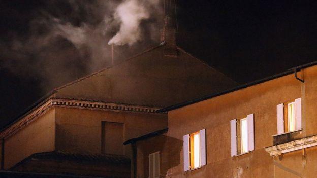 Imagen de la fumata blanca que indica acuerdo en la elección del papa.