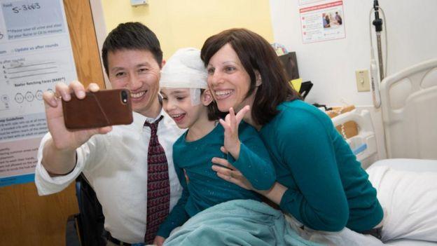 Mila Makovec con sus padres