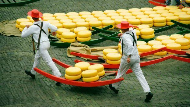 يعد سوق الجبن بمدينة ألكمار أعرق وأكبر أسواق الجبن في هولندا