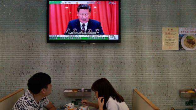 香港市民在餐館看十九大的報道