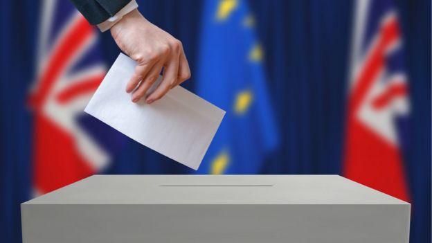 Voto sendo colocado em urna