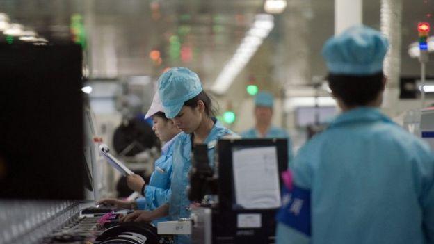 Trabajadores en una fábrica de teléfonos inteligentes en China.