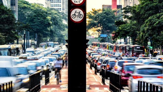 Carros na avenida Paulista