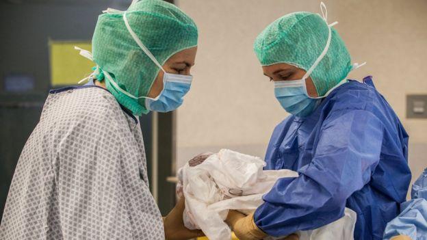 Bebé nacido por cesárea en Francia