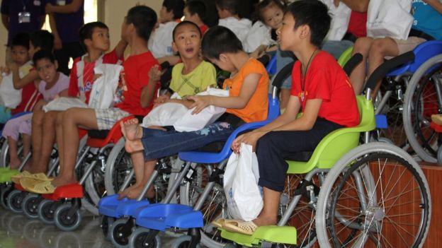 Niños en Asia con sillas de ruedas