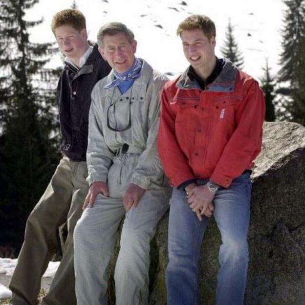 El príncipe Carlos junto a sus hijos durante unas vacaciones en Suiza.