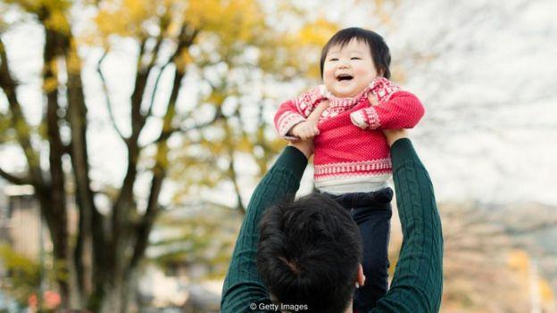Trong quá khứ các ông bố Nhật được xem là khó gần nhưng 'ikumen' mới lại tích cực chăm con hơn.