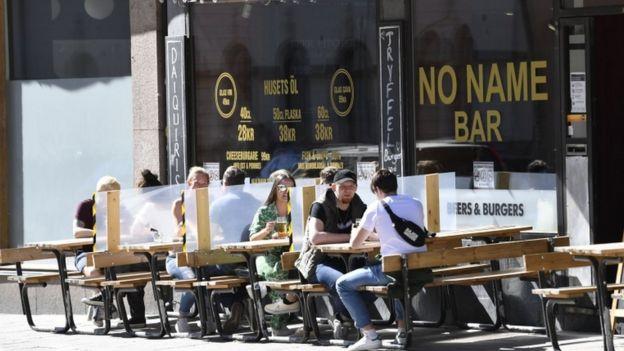 Un bar con divisiones en Suecia.