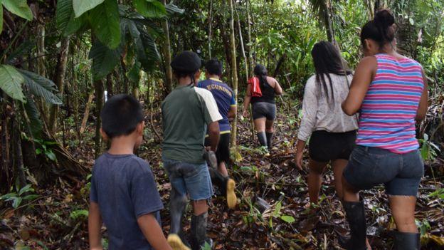 Grupo de personas buscando alimentos