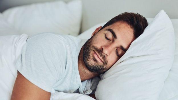 Hombre duerme