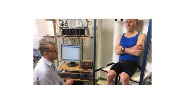80多歲的拉薩魯斯教授(右)身體機能和20歲小伙類似。