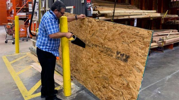 Muchas personas en Florida acudieron a comprar planchas de madera para proteger las ventanas de las viviendas.